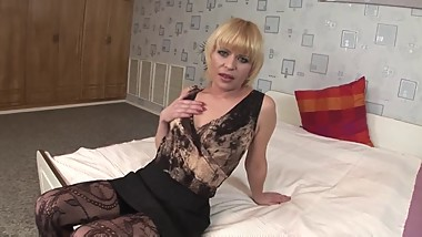 Blonde Mommy Gives Heat