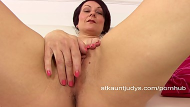 MILF Penny Brooks spreads her snatch and masturbates