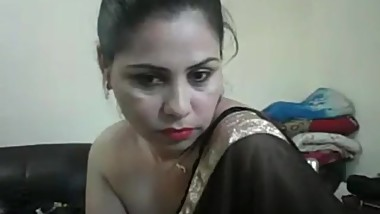 Hot desi lady on webcam giving a show off her black saree with hindi audio
