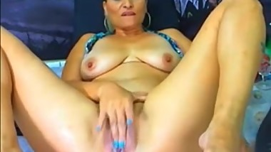 Webcam mom destroys her vagina with an oversized dildo