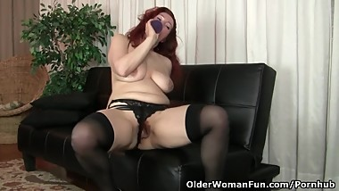 American milf Jessica O'Hare gives herself a dildo treat